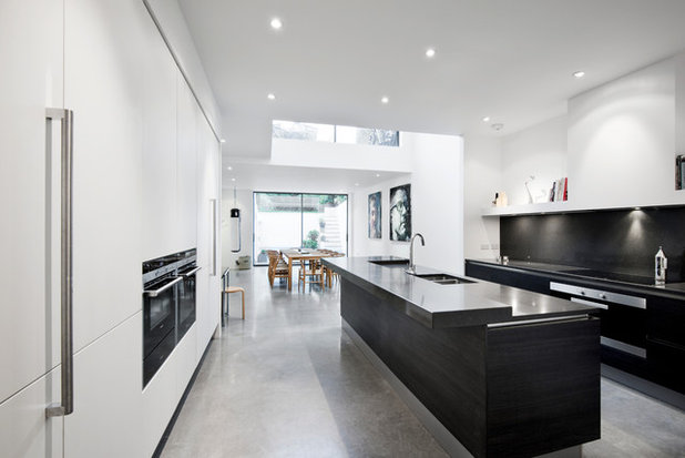 Tendens: stilren indretning i køkkenet med sorte og hvide nuancer