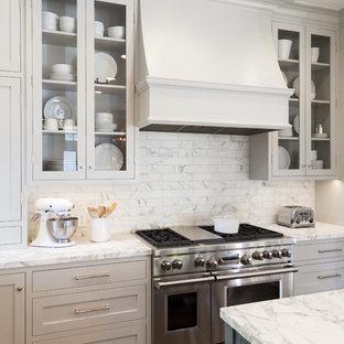 Diseño de cocina comedor costera, grande, con fregadero sobremueble, armarios abiertos, salpicadero blanco, electrodomésticos de acero inoxidable, suelo de madera en tonos medios y una isla