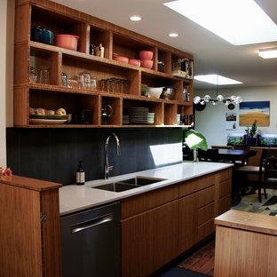 ローリーの小さいコンテンポラリースタイルのおしゃれなキッチン (アンダーカウンターシンク、フラットパネル扉のキャビネット、中間色木目調キャビネット、クオーツストーンカウンター、グレーのキッチンパネル、セラミックタイルのキッチンパネル、シルバーの調理設備の、レンガの床、アイランドなし、赤い床、白いキッチンカウンター) の写真