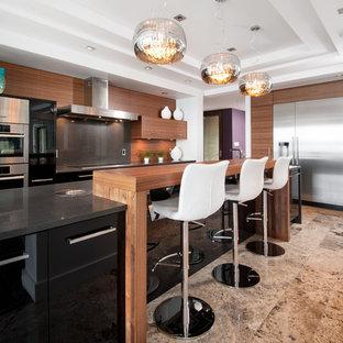 Esempio di una grande cucina contemporanea con elettrodomestici in acciaio inossidabile, ante lisce, ante in legno scuro, paraspruzzi marrone, paraspruzzi in legno, pavimento in pietra calcarea, isola e pavimento beige