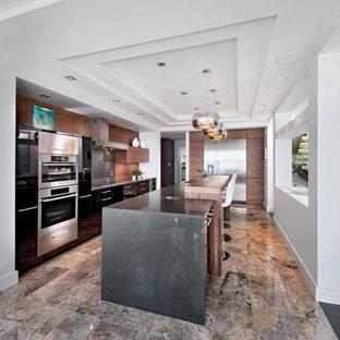 オタワの広いコンテンポラリースタイルのおしゃれなキッチン (シルバーの調理設備、フラットパネル扉のキャビネット、中間色木目調キャビネット、茶色いキッチンパネル、木材のキッチンパネル、ライムストーンの床、ベージュの床) の写真