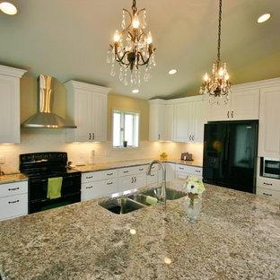 Стильный дизайн: большая угловая кухня-гостиная в стиле современная классика с фасадами с выступающей филенкой, белыми фасадами, столешницей из гранита, черной техникой, полом из бамбука, островом, тройной раковиной, белым фартуком, фартуком из плитки кабанчик, коричневым полом и коричневой столешницей - последний тренд