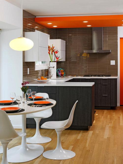 Küche mit Küchenrückwand in Braun und Rückwand aus Glasfliesen ... | {Küchenrückwand edelstahl 28}
