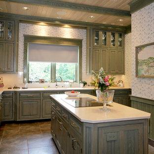 Новые идеи обустройства дома: большая угловая кухня в стиле кантри с фасадами с выступающей филенкой, зелеными фасадами, белым фартуком, полом из сланца и островом