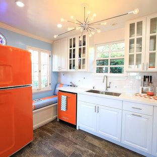 Kleine Klassische Küche mit Unterbauwaschbecken, weißen Schränken, Quarzwerkstein-Arbeitsplatte, Küchenrückwand in Weiß, Rückwand aus Metrofliesen, bunten Elektrogeräten und Porzellan-Bodenfliesen in Los Angeles