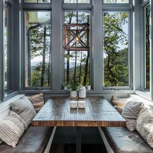 Esempio di una grande cucina in montagna con parquet scuro, pavimento marrone, lavello sottopiano, ante in stile shaker, ante bianche, top in granito, paraspruzzi bianco, paraspruzzi a finestra, elettrodomestici in acciaio inossidabile, un'isola e top nero