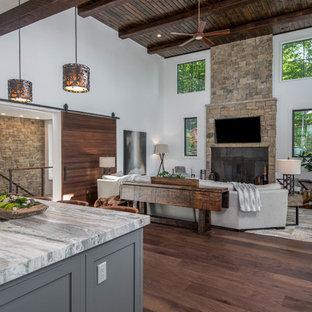 Idéer för att renovera ett stort rustikt svart svart kök, med en undermonterad diskho, skåp i shakerstil, vita skåp, granitbänkskiva, vitt stänkskydd, fönster som stänkskydd, rostfria vitvaror, mörkt trägolv, en köksö och brunt golv