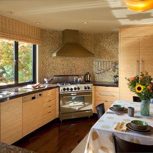 Неиссякаемый источник вдохновения для домашнего уюта: угловая кухня-гостиная в современном стиле с врезной раковиной, плоскими фасадами, светлыми деревянными фасадами, столешницей из переработанного стекла, желтым фартуком, фартуком из стеклянной плитки, цветной техникой, темным паркетным полом и полуостровом