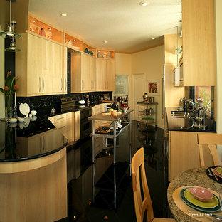 マイアミのアジアンスタイルのおしゃれなキッチン (黒い床) の写真