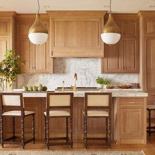 Свежая идея для дизайна: большая параллельная кухня в классическом стиле с обеденным столом, врезной раковиной, фасадами с выступающей филенкой, мраморной столешницей, белым фартуком, фартуком из каменной плиты, техникой из нержавеющей стали, светлым паркетным полом, островом и светлыми деревянными фасадами - отличное фото интерьера