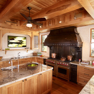 Aménagement d'une cuisine sud-ouest américain avec un placard à porte shaker, un électroménager en acier inoxydable et un plan de travail en granite.