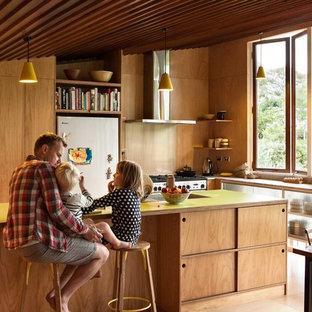 Moderne Wohnküche in L-Form mit offenen Schränken, hellbraunen Holzschränken, Küchengeräten aus Edelstahl, braunem Holzboden, Kücheninsel und gelber Arbeitsplatte in Auckland