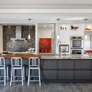 Zweizeilige, Große Moderne Wohnküche mit Unterbauwaschbecken, weißen Schränken, Arbeitsplatte aus Holz, Küchenrückwand in Metallic, Rückwand aus Metallfliesen, Küchengeräten aus Edelstahl, Porzellan-Bodenfliesen und Kücheninsel in Ottawa