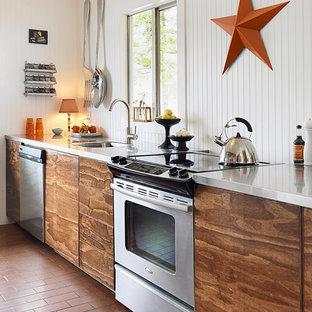 Diseño de cocina costera con electrodomésticos de acero inoxidable y encimera de acero inoxidable