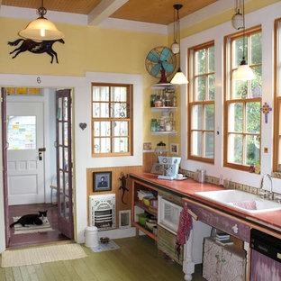На фото: кухня в стиле фьюжн с накладной раковиной, открытыми фасадами, деревянным полом, техникой под мебельный фасад и зеленым полом с