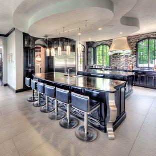 Idee per una cucina eclettica con ante nere, top in granito, paraspruzzi multicolore, paraspruzzi con lastra di vetro, pavimento in gres porcellanato e 2 o più isole