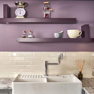 Offene, Mittelgroße Eklektische Küche in L-Form mit Landhausspüle, Schrankfronten im Shaker-Stil, grauen Schränken, Marmor-Arbeitsplatte, Küchenrückwand in Weiß und Kücheninsel in Dorset