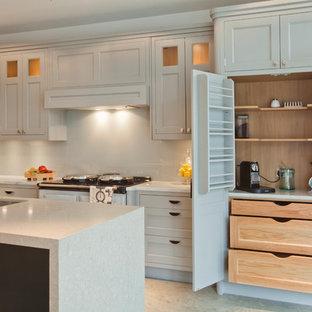 ロンドンの中サイズのヴィクトリアン調のおしゃれなキッチン (一体型シンク、シェーカースタイル扉のキャビネット、グレーのキャビネット、大理石カウンター、グレーのキッチンパネル、ガラス板のキッチンパネル、カラー調理設備、コンクリートの床) の写真