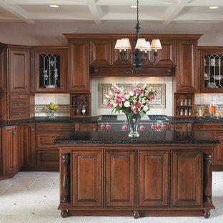 Einzeilige, Große Klassische Küche mit profilierten Schrankfronten, hellbraunen Holzschränken, Onyx-Arbeitsplatte, Küchenrückwand in Beige, Küchengeräten aus Edelstahl und Keramikboden in San Francisco