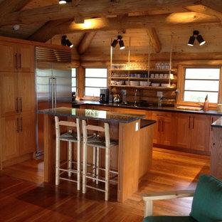 Exempel på ett mellanstort rustikt kök, med skåp i shakerstil, skåp i mellenmörkt trä, bänkskiva i kvartsit, rostfria vitvaror, mellanmörkt trägolv, en köksö, en undermonterad diskho och brunt stänkskydd