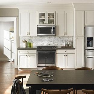 Esempio di una grande cucina chic con lavello sottopiano, ante in stile shaker, ante bianche, top in zinco, paraspruzzi grigio, paraspruzzi con piastrelle in pietra, elettrodomestici in acciaio inossidabile e parquet scuro