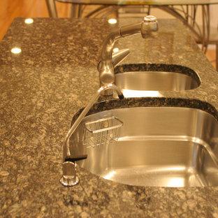 ボストンのトラディショナルスタイルのおしゃれなキッチン (レイズドパネル扉のキャビネット、中間色木目調キャビネット、大理石カウンター、無垢フローリング) の写真