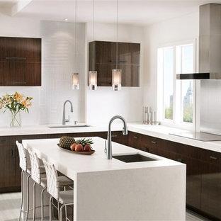 Große Moderne Wohnküche in L-Form mit Unterbauwaschbecken, flächenbündigen Schrankfronten, dunklen Holzschränken, Marmor-Arbeitsplatte, Küchenrückwand in Weiß, Küchengeräten aus Edelstahl, Bambusparkett, Kücheninsel, beigem Boden und weißer Arbeitsplatte in Salt Lake City