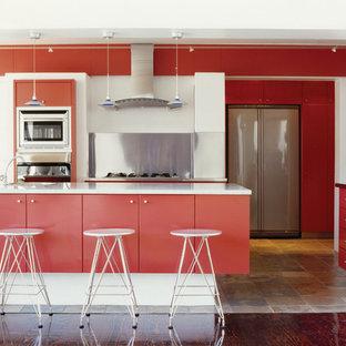 インディアナポリスの大きいモダンスタイルのおしゃれなキッチン (ドロップインシンク、フラットパネル扉のキャビネット、赤いキャビネット、クオーツストーンカウンター、シルバーの調理設備の、セラミックタイルの床、ベージュの床、メタリックのキッチンパネル、メタルタイルのキッチンパネル) の写真
