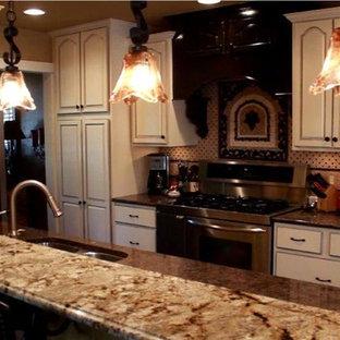 Esempio di una cucina tradizionale di medie dimensioni con lavello a doppia vasca, ante con bugna sagomata, ante bianche, top in granito, paraspruzzi rosa, paraspruzzi con piastrelle in ceramica, elettrodomestici in acciaio inossidabile e isola