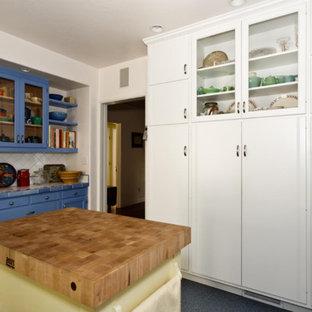 Imagen de cocina ecléctica, de tamaño medio, con despensa, armarios estilo shaker, puertas de armario azules, encimera de azulejos, salpicadero blanco, salpicadero de azulejos de cerámica y suelo de terrazo