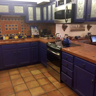 Mid-sized southwestern eat-in kitchen ideas - Example of a mid-sized southwest l-shaped eat-in kitchen design in Phoenix with no island