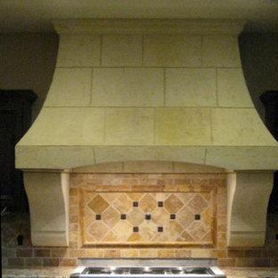 Foto de cocina tradicional, de tamaño medio, con salpicadero beige y salpicadero de piedra caliza