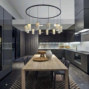 Modelo de cocina comedor minimalista, sin isla, con fregadero de doble seno, armarios con paneles lisos, puertas de armario negras, encimera de ónix, electrodomésticos negros y suelo de mármol
