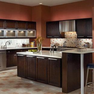 Foto di una cucina contemporanea di medie dimensioni con lavello sottopiano, ante in stile shaker, ante in legno bruno, top in quarzite, paraspruzzi bianco, elettrodomestici in acciaio inossidabile, pavimento in travertino, isola e pavimento beige
