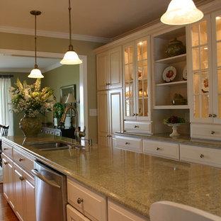 Exempel på ett stort klassiskt kök, med en dubbel diskho, luckor med upphöjd panel, vita skåp, laminatbänkskiva, rostfria vitvaror, mörkt trägolv och en köksö