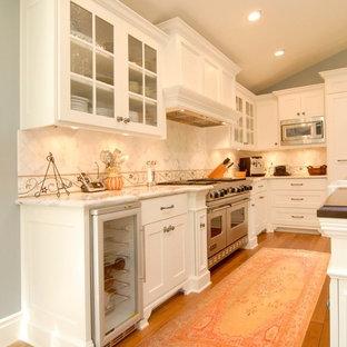 Idéer för vintage kök, med en rustik diskho, skåp i shakerstil, vita skåp, marmorbänkskiva, vitt stänkskydd, rostfria vitvaror och ljust trägolv