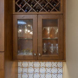 フェニックスの広いサンタフェスタイルのおしゃれなキッチン (アンダーカウンターシンク、シェーカースタイル扉のキャビネット、中間色木目調キャビネット、クオーツストーンカウンター、白いキッチンパネル、テラコッタタイルのキッチンパネル、シルバーの調理設備、レンガの床、茶色い床、白いキッチンカウンター) の写真
