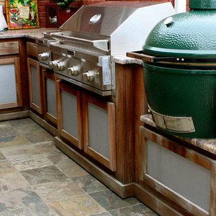 Esempio di una cucina a L country chiusa e di medie dimensioni con lavello stile country, ante a persiana, ante in legno chiaro, top in superficie solida, paraspruzzi marrone, paraspruzzi con piastrelle di metallo, elettrodomestici colorati e pavimento con piastrelle in ceramica