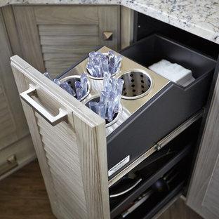Diseño de cocina comedor en L, tradicional, con fregadero sobremueble, armarios con puertas mallorquinas, puertas de armario con efecto envejecido, encimera de granito, salpicadero verde, salpicadero con mosaicos de azulejos y electrodomésticos de acero inoxidable