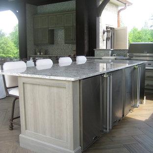 Klassische Wohnküche in L-Form mit Landhausspüle, Lamellenschränken, Schränken im Used-Look, Granit-Arbeitsplatte, bunter Rückwand, Rückwand aus Mosaikfliesen und Küchengeräten aus Edelstahl in Sonstige