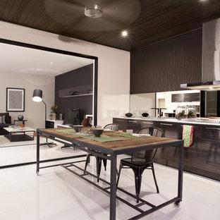 Cette photo montre une grande cuisine ouverte tendance avec un placard à porte plane, des portes de placard marrons, une crédence métallisée et une crédence en carreau de miroir.