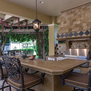 Kolonialstil Küche mit Arbeitsplatte aus Fliesen, Küchenrückwand in Schwarz, Küchengeräten aus Edelstahl und Backsteinboden in Tampa