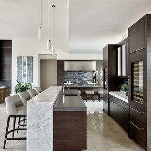 Foto di una grande cucina moderna con lavello sottopiano, ante lisce, ante in legno bruno, top in superficie solida, paraspruzzi a effetto metallico, paraspruzzi con piastrelle in ceramica, elettrodomestici in acciaio inossidabile, pavimento bianco e top bianco