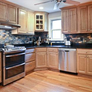 Idéer för stora vintage svart kök och matrum, med skåp i ljust trä, granitbänkskiva, flerfärgad stänkskydd, stänkskydd i keramik, rostfria vitvaror, ljust trägolv och gult golv