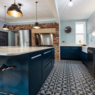Inredning av ett mellanstort vit vitt kök, med en rustik diskho, skåp i shakerstil, blå skåp, marmorbänkskiva, vitt stänkskydd, stänkskydd i marmor, rostfria vitvaror, klinkergolv i porslin, flera köksöar och blått golv