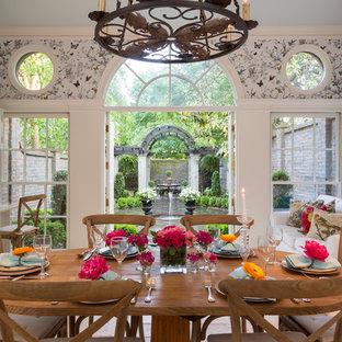 Стильный дизайн: кухня в классическом стиле с обеденным столом, стеклянными фасадами и белыми фасадами - последний тренд