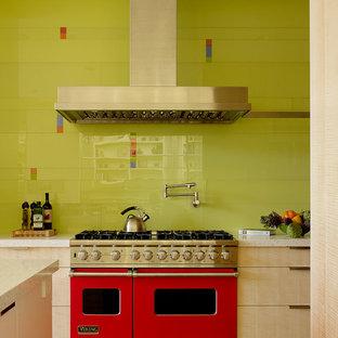 Moderne Küche mit flächenbündigen Schrankfronten, hellen Holzschränken, Küchenrückwand in Grün, Rückwand aus Glasfliesen und bunten Elektrogeräten in San Francisco