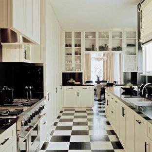 サンフランシスコの巨大なヴィクトリアン調のおしゃれなキッチン (白いキャビネット、マルチカラーの床) の写真
