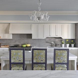 Imagen de cocina clásica con encimera de mármol, salpicadero verde y salpicadero de piedra caliza