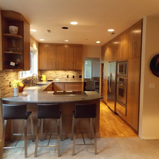Mittelgroße Moderne Wohnküche in U-Form mit Doppelwaschbecken, flächenbündigen Schrankfronten, hellbraunen Holzschränken, bunter Rückwand, Rückwand aus Stäbchenfliesen, Küchengeräten aus Edelstahl, braunem Holzboden und Halbinsel in Portland